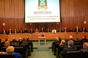 Panorama da cerimonia com a mesa de autoridades